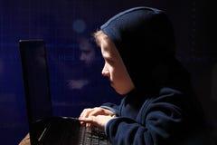 年轻男小学生奇迹-黑客 黑客在工作 库存图片