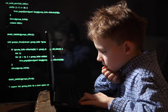 年轻男小学生奇迹-黑客 黑客在工作 免版税库存图片