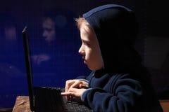 年轻男小学生奇迹-黑客 有天赋的学生开始银行业务系统 免版税库存图片