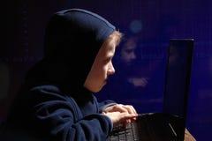 年轻男小学生奇迹-黑客 有天赋的学生开始银行业务系统 库存图片