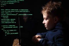 年轻男小学生奇迹-黑客 有天赋的学生开始银行业务系统 免版税库存照片