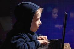 年轻男小学生奇迹-黑客 有天赋的学生开始银行业务系统 图库摄影