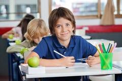 男小学生微笑 免版税库存图片