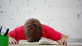 男小学生疲倦于读课本 股票视频