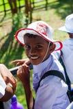 男小学生访问大象提供的农场 库存照片