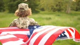 男小学生青少年在伪装和与跑通过公园的美国旗子 美国美国独立日庆祝7月4日 股票录像