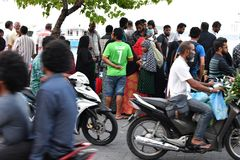 男性、马尔代夫- 2018年2月17日-人们和孩子在平衡前的海岛主要地方祈祷时间 免版税库存照片