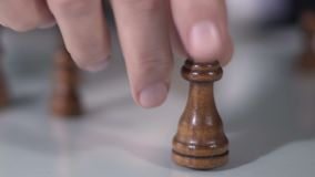 男性下棋比赛、时运和公司战略的,特写镜头手移动的女王/王后 影视素材