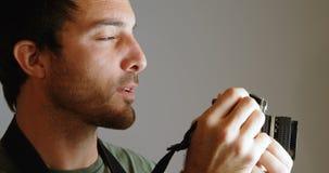 男性与照相机4k的摄影师点击的照片 影视素材