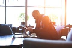 男性专业银行家是分析与数字式片剂和网书的货币交易 免版税库存图片