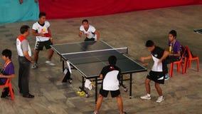 男性严谨地在接踵而来的体育运动事件的乒乓球双被训练 活动公共 股票录像