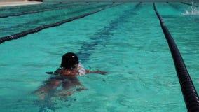 男性严谨地在接踵而来的体育运动游泳竞赛的蝶泳被训练 活动公共 影视素材
