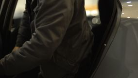 男性乘客出去的汽车和闭合值的门,出租汽车服务,都市交通 股票录像
