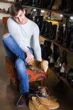 男性买的冬天鞋子 库存照片