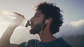 男性从瓶的运动员饮用水 影视素材