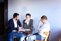 年轻男性企业家和伙伴参与解决公共汽车 免版税库存图片