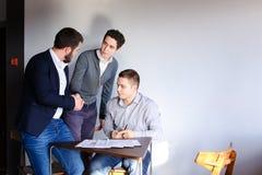 年轻男性企业家和伙伴参与解决公共汽车 库存图片