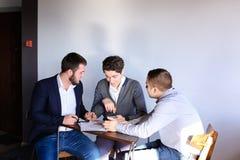 年轻男性企业家和伙伴参与解决公共汽车 库存照片