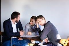 年轻男性企业家和伙伴参与解决公共汽车 免版税库存照片