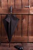 黑男性伞和钱包 库存图片