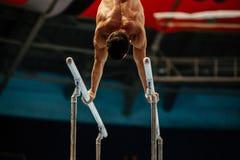 男性体操运动员赤裸躯干 图库摄影