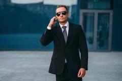男性保镖使用安全听筒户外 免版税库存照片