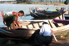 男性修理传统小船 库存图片