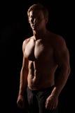 男性健身式样显示的肌肉在演播室 免版税库存图片