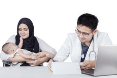 男性儿科医生和他的患者 免版税库存照片