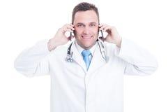 男性军医讲话在两电话作为是繁忙的 图库摄影