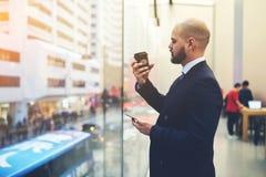 男性办公室工作者用途手机 免版税库存图片