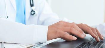 男性医生、使用膝上型计算机的医科学生或者外科医生在会议期间 身体检查有数字系统支持 免版税库存照片
