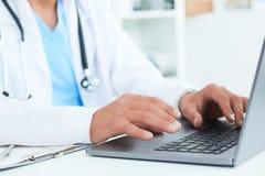 男性医生、使用膝上型计算机的医科学生或者外科医生在会议期间 身体检查有数字系统支持 免版税库存图片