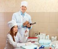 男性医生和护士在医学实验室 免版税库存照片