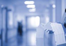 男性医生审查在医院惊叹的耐心` s ECG踪影 免版税库存照片