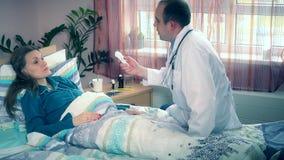 男性医生检查女性耐心温度和做笔记 股票视频