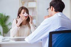 男性医生谈话与有鼻子操作手术的病人 库存照片