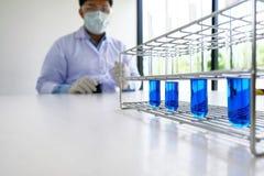 男性医疗或科学实验室研究员执行测试 免版税图库摄影