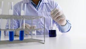 男性医疗或科学实验室研究员执行测试 免版税库存图片