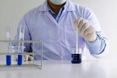 男性医疗或科学实验室研究员执行测试 库存照片