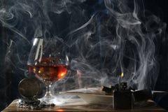 男性单独晚上和烟 库存图片