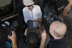 男性名人被采访 免版税库存照片