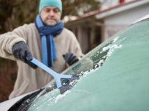 男性和冰刮板 免版税库存图片