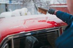男性和冰刮板 免版税图库摄影