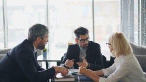 男性和女性企业家谈论协议在见面期间在咖啡馆 影视素材