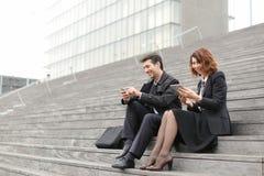 男性和女性办公室工作者花费断裂坐台阶 免版税库存照片