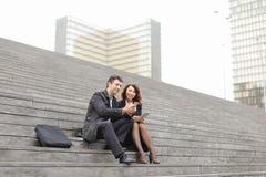 男性和女性办公室工作者花费断裂坐台阶 免版税库存图片