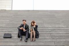 男性和女性办公室工作者花费断裂坐台阶 库存图片