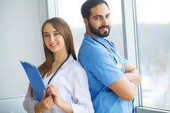 男性和女性医生在医院  免版税库存照片