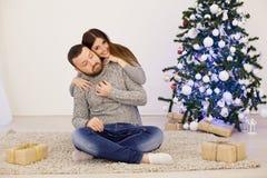 男性和女性圣诞树新年节日礼物 免版税库存图片